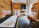 Bad mit Sauna, Regendusche und Whirlwanne