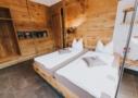Schlafzimmer mit Kingsize Bett und Tempur Matrazen