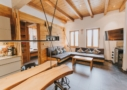 Wohnzimmer mit Kuschelecke und TV